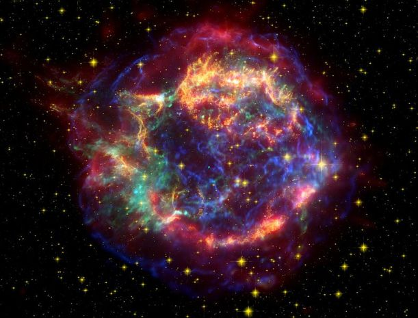 Remanente de supernova CassiopeaA. Se cree que la explosión tuvo lugar hace unos 300 años, pero no fue observada en la Tierra por polvo interestelar que ocultó la luz en longitudes de ondas del visible, únicas posibles observadas en aquella época mediante telescopios ópticos.