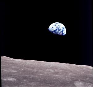Primera foto de la Tierra en color. Fue tomada por la misión Apollo 8 orbitando alrededor de la Luna.