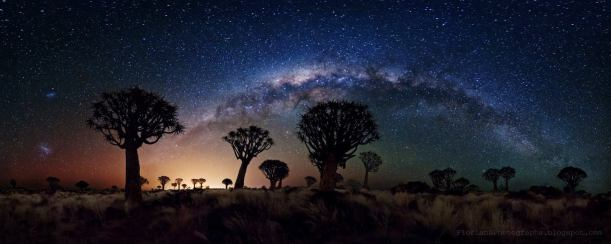 Cielo de Namibia con la Vía Láctea y las nubes de magallanes.