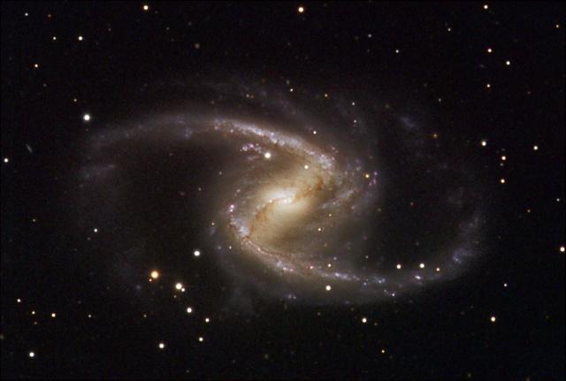 NGC 1365 tiene en su centro un agujero negro en muy rápida rotación.