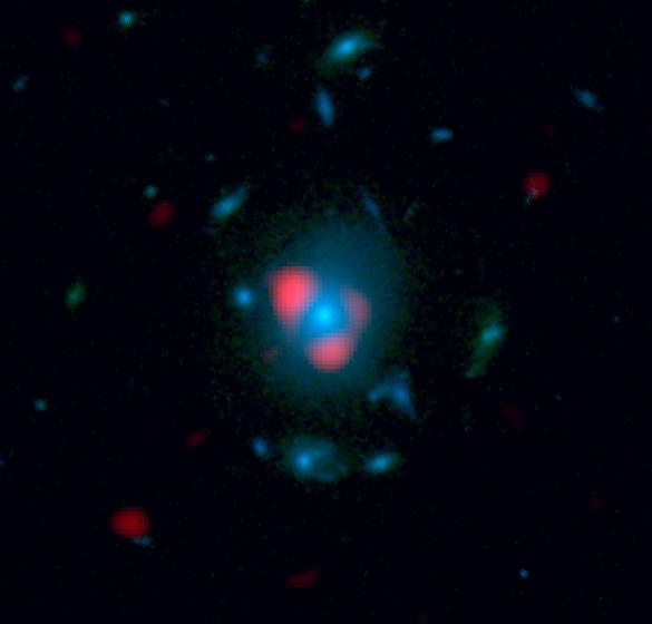 Esta imagen combina datos de ALMA y del Hubble. En rojo la galaxia primitiva con grandes brotes de formación estelar distorsionada por el efecto de lente gravitatoria de la galaxia en azul.